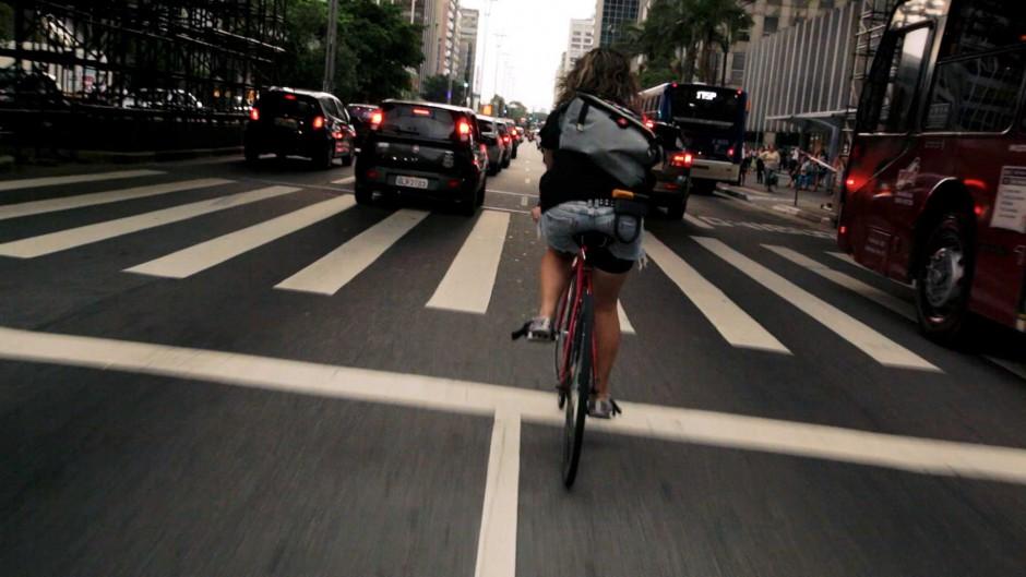 Kadr z filmu Rowery kontra samochody